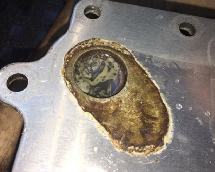 Primer mešanja olja in hladilne tekočine na spodnji fotografiji.